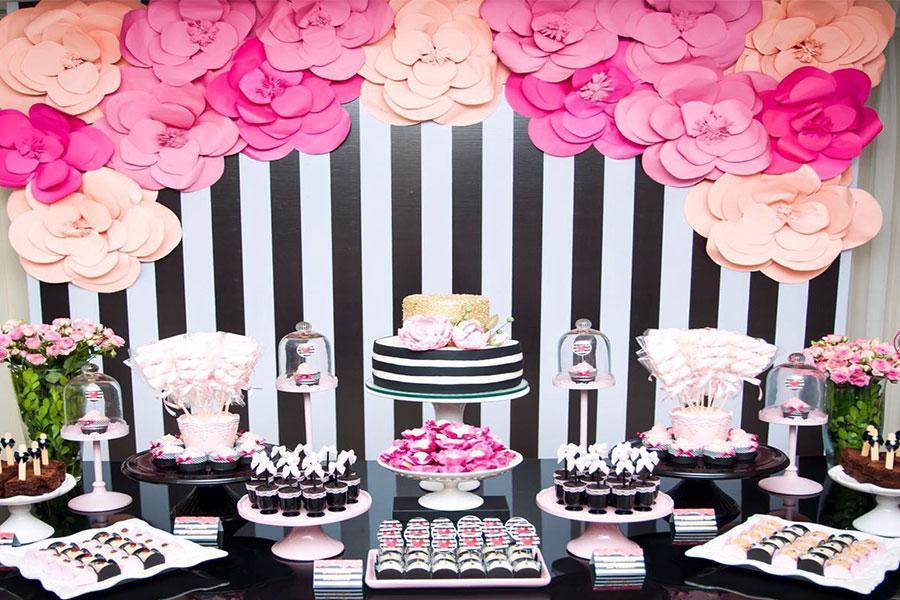 Đặt tiệc gia đình – Điểm tô cho buổi tiệc sinh nhật với sắc hồng – đen ấn tượng